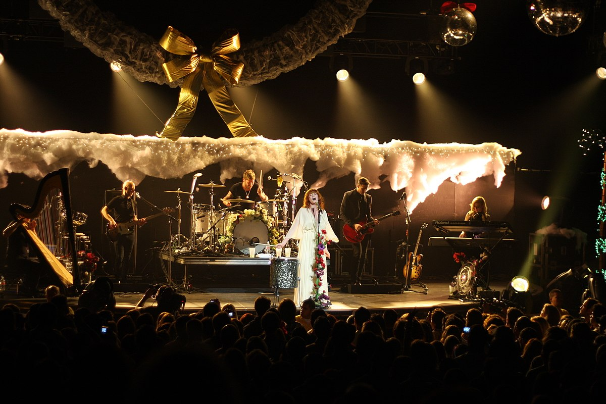 1200px-KROQ_Almost_Acoustic_Xmas_Florence_And_The_Machine_7_(5264876046)