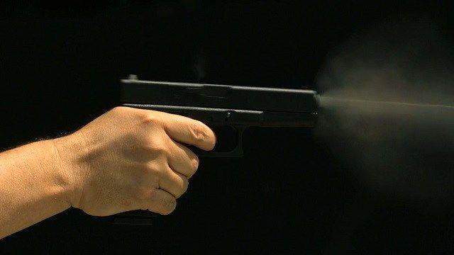 Первым, гифка пистолет выстрел в голову